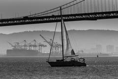 Velero del puente de San Francisco Bay del embarcadero 7 California Imágenes de archivo libres de regalías