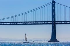 Velero del puente de San Francisco Bay del embarcadero 7 California Foto de archivo libre de regalías
