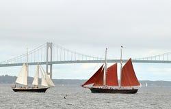 Velero dos con las velas y el puente rojos y blancos de Newport fotografía de archivo libre de regalías