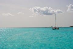 Velero en aguas azules tropicales Fotos de archivo