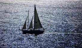 Velero en el mar brillante de reflexiones en San Francisco Bay Fotos de archivo libres de regalías