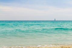 Velero en el mar de la turquesa Fotos de archivo