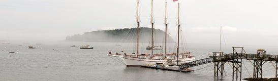 Velero en el muelle en niebla Imagenes de archivo