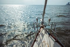 Velero en el océano durante la navegación fotos de archivo libres de regalías