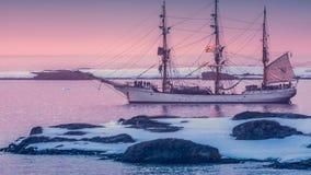 Velero en la Antártida Cantidad de la cámara lenta 4K almacen de video