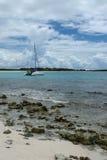 Velero en la bahía del oeste, Anguila, británicos las Antillas, BWI del bajío, del Caribe Foto de archivo libre de regalías