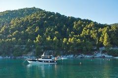 Velero en la bahía en la puesta del sol, isla de Agnontas de Skopelos imágenes de archivo libres de regalías