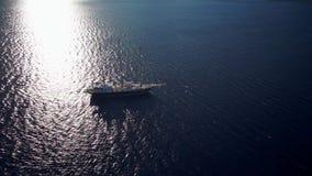 Velero en la navegación tranquila del tiempo en el océano almacen de metraje de vídeo