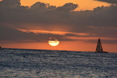 Velero en la puesta del sol Fotos de archivo