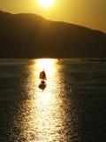Velero en la puesta del sol en puerto de Alaska Imagenes de archivo