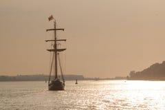 Velero en la puesta del sol, río de Hamburgo fotos de archivo