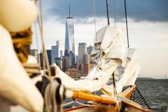 Velero en Nueva York con el World Trade Center imagen de archivo libre de regalías