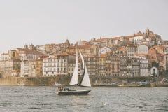 Velero en Oporto, Portugal imagen de archivo