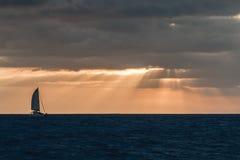 Velero en puesta del sol imagenes de archivo