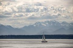 Velero en Puget Sound cerca de Seattle, Washington Fotografía de archivo