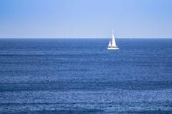 Velero en un mar abierto imágenes de archivo libres de regalías