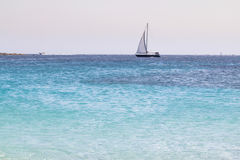 Velero en un mar abierto fotos de archivo libres de regalías