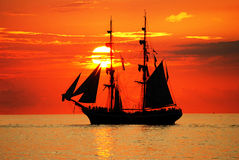 Velero en una puesta del sol hermosa Fotos de archivo libres de regalías