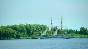 Velero, navegación en el río Óder, Polonia metrajes