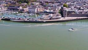Velero que sale de Caernarfon, Gwynedd en País de Gales - Reino Unido metrajes