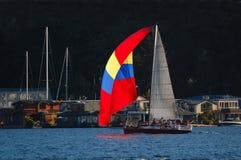 Velero rojo, amarillo, azul del spinaker Fotos de archivo libres de regalías