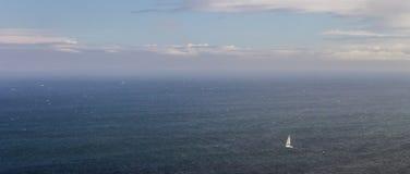 Velero a solas en el mar imagen de archivo libre de regalías