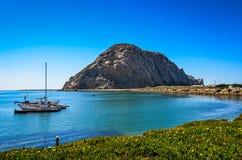 Velero y la roca - puerto de la bahía de Morro - California imagen de archivo
