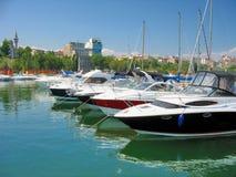 Velero y yate anclados en el pequeño puerto Tomis Fotos de archivo