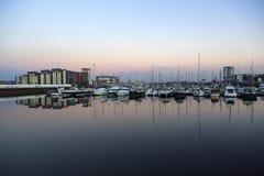 Veleros amarrados en el puerto deportivo de Swansea fotografía de archivo libre de regalías