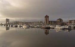 Veleros amarrados en el río Tawe en el puerto deportivo de Swansea imagen de archivo