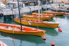 Veleros anaranjados atracados en el puerto - Jaffa viejo, Israel Foto de archivo