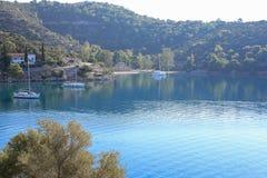 Veleros del tiempo de mañana del verano que anclan en la isla rusa Grecia de Poros de la bahía Imagenes de archivo