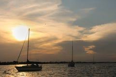 Veleros en la puesta del sol imagen de archivo libre de regalías