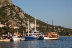 Veleros en Omis, Croatia fotos de archivo