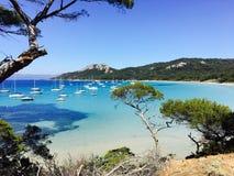 Veleros en una bahía en la costa francesa meridional Fotografía de archivo