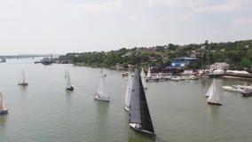 Veleros que flotan en el lago cantidad Deporte de la competencia de la navegación Yate y paisaje marino hermoso Mujer joven en la almacen de metraje de vídeo