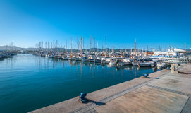 Veleros y embarcación de recreo amarrados Mañana en el puerto de Sant Antoni de Portmany, ciudad de Ibiza, Balearic Island, Españ Fotografía de archivo libre de regalías