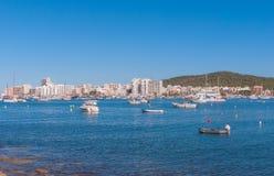Veleros y embarcación de recreo amarrados Mañana en el puerto de Sant Antoni de Portmany, ciudad de Ibiza, Balearic Island, Españ Fotografía de archivo