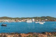 Veleros y embarcación de recreo amarrados Mañana en el puerto de Sant Antoni de Portmany, ciudad de Ibiza, Balearic Island, Españ Imagen de archivo libre de regalías