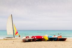 Veleros y paddleboats en una playa del Caribe Fotografía de archivo libre de regalías