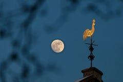 Veleta de cobre en claro de luna Foto de archivo libre de regalías