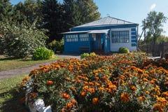Velha escola onde estudou Vasily Shukshin na vila de Srostki Altaiskiy Krai Sibéria ocidental Rússia fotos de stock