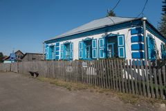 Velha escola onde estudou Vasily Shukshin na vila de Srostki Altaiskiy Krai Sibéria ocidental Rússia imagens de stock royalty free