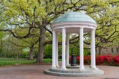 Velho bem na universidade de North Carolina foto de stock