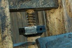 Velho castigado pelo mau tempo natural da braçadeira de madeira vertical do fundo do sumário com grunge da textura da braçadeira  foto de stock