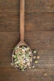 Velho, colher de madeira do vintage com leguminosa, feijões, pulsos Vagabundos rústicos foto de stock