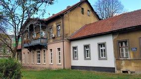 Velho contra novo, casas com fachadas misturadas foto de stock