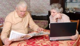 Velho couplen a notícia quente da leitura Imagem de Stock Royalty Free