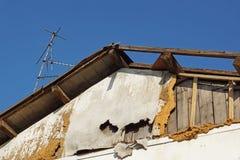 Velho danificou o telhado de uma casa abandonada Fotografia de Stock