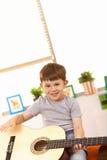 Velho de cinco anos feliz com guitarra Foto de Stock